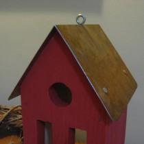 Piros, fémtetős madárház