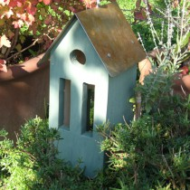Zöld, fémtetős madárház